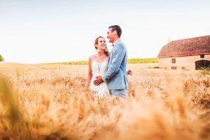 Photo de mariage dans un champs en Bourgogne