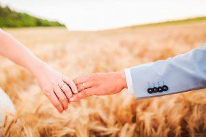 Alliances de mariage dans un champ de blé