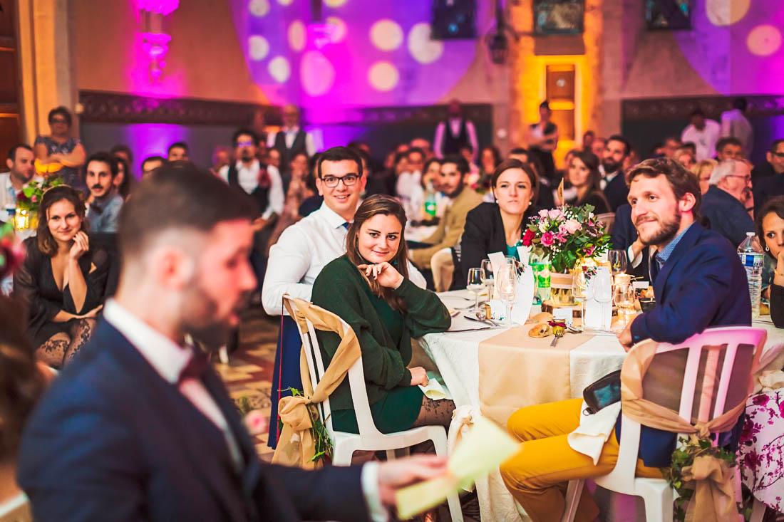 Invités pendant le jeu des mariés