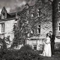 Les mariés devant le Prieuré de Bonvaux