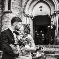 Baisé des mariés au pied de l'église de Spoy