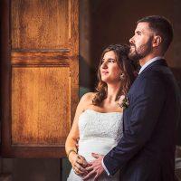 Les mariés près d'une fenêtre à Bonvaux