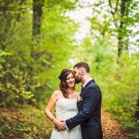 Le marié chuchotte à l'oreille de la mariée