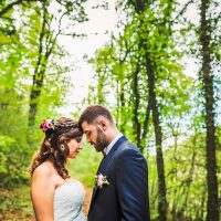Séance de couple des mariés en forêt