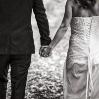 le marié et la mariée se donne la main