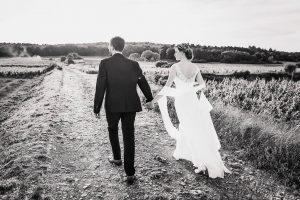 Couple dans les vignes, mariage en Bourgogne