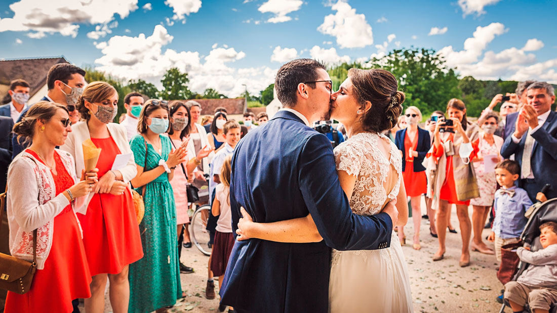 Baiser des mariés à la sortie de l'église