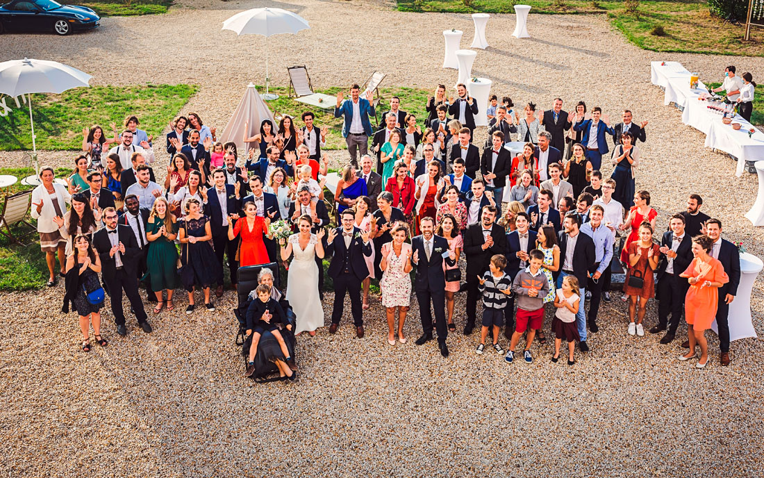 Photo de groupe d'un mariage au Manoir Equivocal